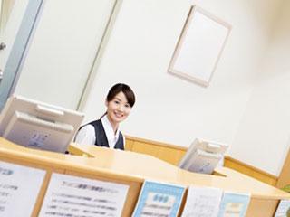 受付カウンターに座る女性
