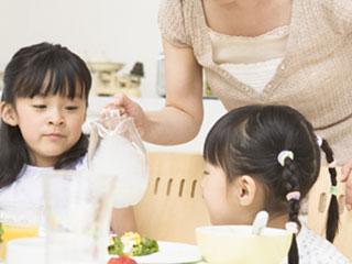 家族と食事する子供