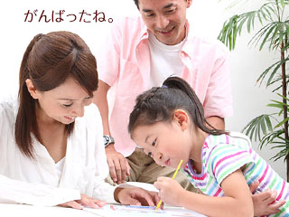 子供の勉強を見守る親