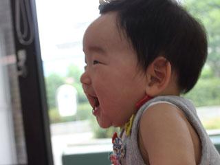 口を大きく開ける幼児