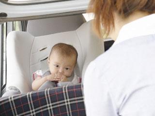 チャイルドの赤ちゃんを見る母親