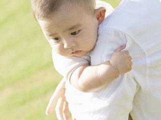 陽射しを浴びる赤ちゃん