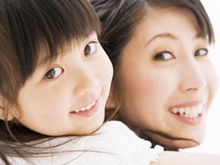 母親におんぶされて笑顔の子供