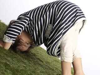 地面に頭をつける子供