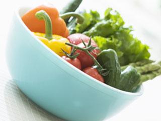 ボールに詰められた緑黄色野菜