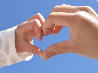 親子の手がハートの形を作っている