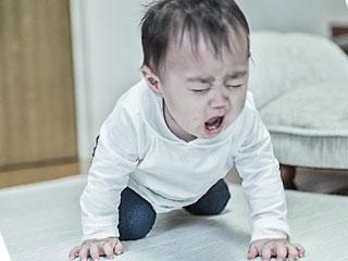 泣いて抗う赤ちゃん