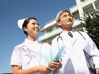 医師と看護師が並んで立つ