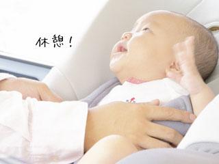 ベビーシートから赤ちゃんを持ち上げ酔うとする親の手