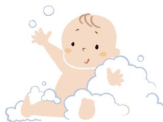 泡にまみれて入浴する赤ちゃん