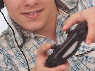 ゲームコントローラーを操作する男性