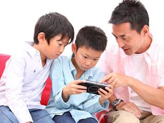 子供と一緒にゲームする父親