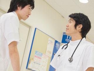 病院内で医師とスタッフが話している