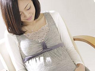 椅子に座る妊婦