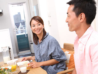 食事しながら相手をみる夫婦
