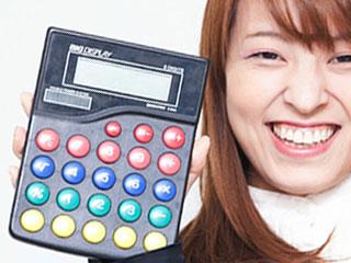 電卓を片手に持って微笑む女性
