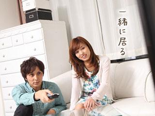 居間で一緒にTVを見る夫婦