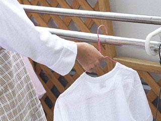 洗濯物を干す主婦