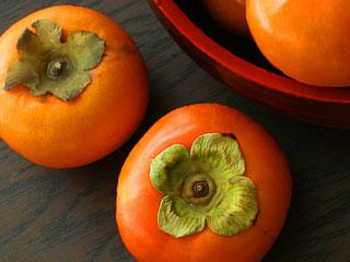 盆の外に溢れた柿