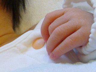 布団から出た赤ちゃんの手