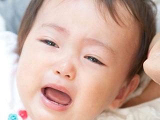 泣き出しそうな顔の赤ちゃん