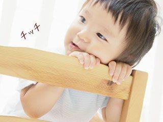 椅子にもたれながら「ちっち」と言う幼児
