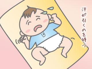 寝床で汗を掻く赤ちゃん