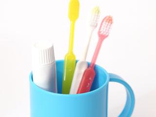 コップに入った歯ブラシ