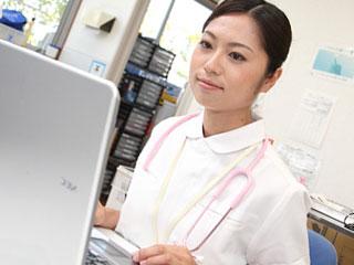 パソコン操作する看護師