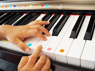 ピアノの練習をする子供