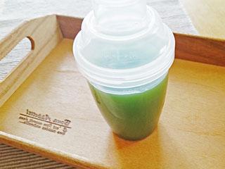 トレーに乗った青汁ジュース