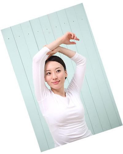 両手を挙げて体操する女性