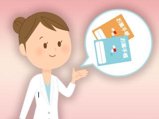 お薬り手帳を説明する薬剤師