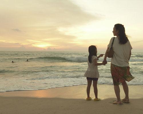 母子が二人で海を見ている