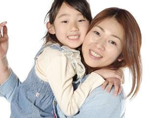子供を抱きかかえる母親