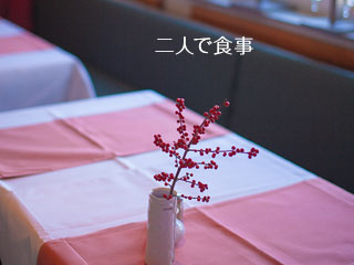 レストランのテーブルに置かれた花瓶