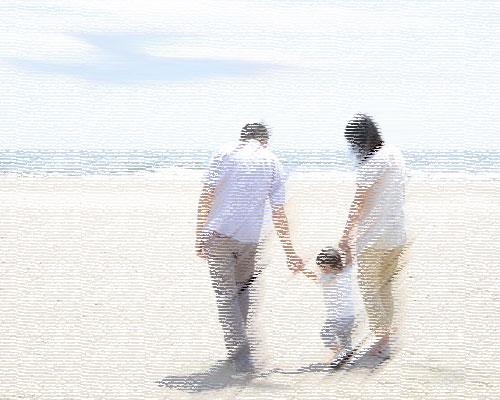 海辺を歩く夫婦と子供
