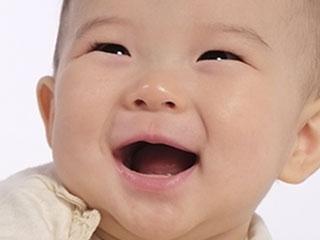 赤ちゃんの口を開けた笑い顔