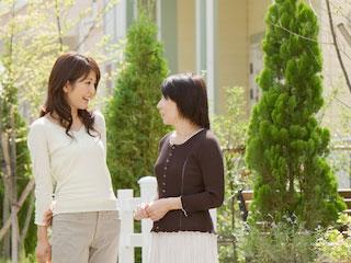 挨拶する主婦二人
