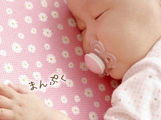 おしゃぶりを咥えて眠る赤ちゃん