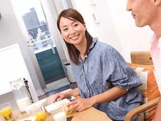食卓で笑顔の女性