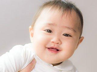 微笑む二重の赤ちゃん