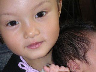 赤ちゃんを抱いた女の子