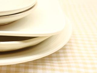 重ねられた皿