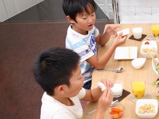 食事しながら話す兄弟