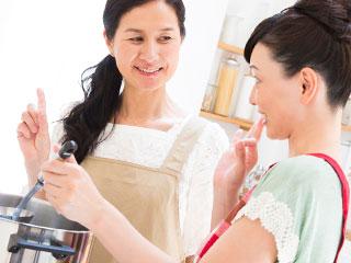 姑に料理を教えられる嫁