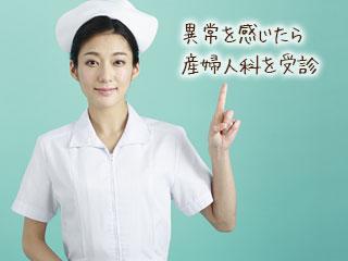 注意事項を指差す看護師