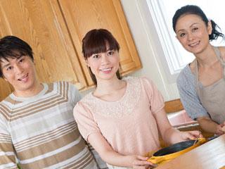 姑と夫妻が並んで台所に立つ