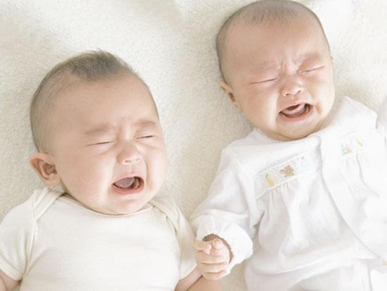 赤ちゃん二人が泣いている