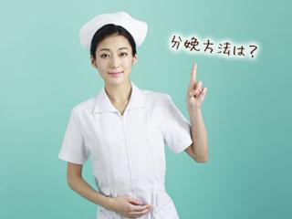 質問を指差す看護師